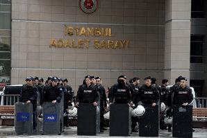 Doi bărbaţi înarmaţi care au luat ostatic un procuror într-o instanţă din Istanbul au fost ucişi. Ce s-a întâmplat cu ostaticul