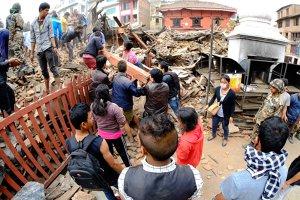CUTREMUR de 6,7 grade în Nepal, la o zi după seismul devastator de 7,8 grade. Bilanţul a ajuns la 2.400 de morţi