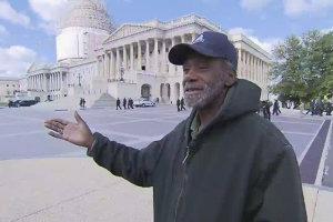"""""""Lucrez pentru cei mai puternici oameni din ţară şi, iată-mă, dorm la o staţie de metrou"""". Povestea omului fără adăpost care lucrează la Senatul SUA"""