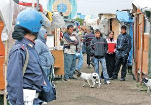 Liderul Ligii Nordului, atacat de protestatari cu roşii, ouă şi sticle