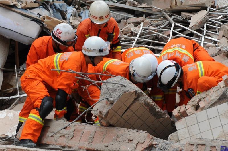 O alunecare de teren a provocat prăbuşirea unui bloc de nouă etaje în China