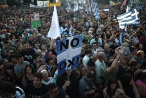 Zeci de mii de greci au participat, vineri seară, la mitinguri în Atena şi Salonic