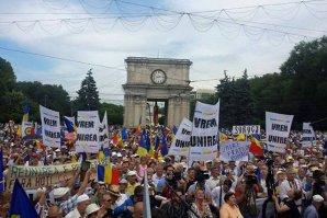 """Mii de oameni cer la Chişinău unirea cu România: """"Jos hotarul de la Prut"""""""
