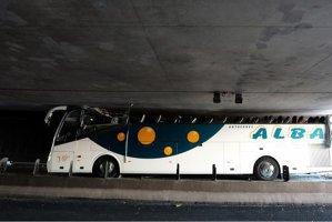 Zeci de răniţi după ce un autocar turistic a lovit plafonul unui tunel, în Franţa