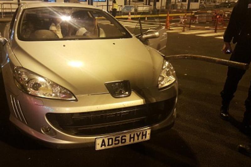 Maşina unei familii de români a fost atacată de imigranţii din Calais.