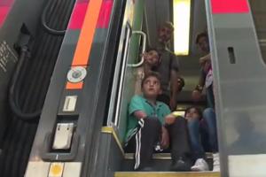 Sute de imigranţi lăsaţi de autorităţile ungare să urce în trenuri către Austria şi Germania