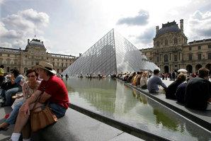 """Sandra Baciu, """"regina hoaţelor"""" din Paris, se lăuda ca scoate 100.000 de euro în două săptămâni. Din banii turiştilor, şi-a cumpărat o cabană, un scuter acvatic şi şi-a făcut operaţie estetică"""