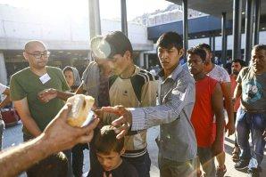 Exodul continuă. Sute de imigranţi au plecat pe jos de la Bicske către Austria