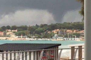 """Viituri catastrofale pe """"Coasta de Azur"""". Cel puţin 11 oameni au murit. """"Unele maşini au fost purtate de ape până în mare"""""""