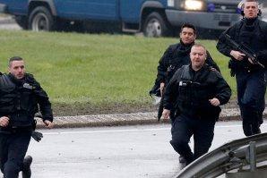 Metroul circulă parţial, iar şcolile au fost redeschise la Bruxelles, în pofida menţinerii alertei teroriste