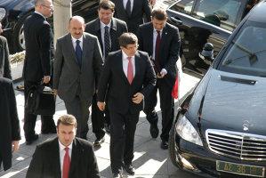 Gest lipsit de diplomaţie al premierului turc Ahmet Davatoglu, taxat imediat de Vladimir Putin