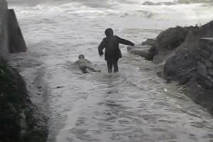 Doi bătrâni, salvaţi după ce fuseseră luaţi de un val uriaş, pe o plajă din Franţa