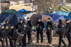 """Avertismentul Franţei pentru imigranţii care stau ilegal în """"jungla din Calais"""""""