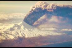 Erupţie uriaşă a unui vulcan din Alaska: cenuşa s-a ridicat la 11 km deasupra Pământului