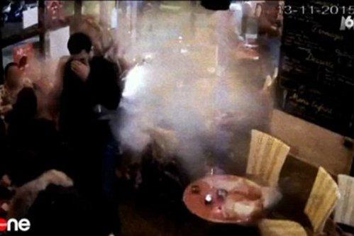 Momentul în care teroristul de la cafeneaua din Paris s-a detonat, surprins de camerele de supraveghere