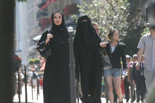 Un nou stat din UE se pregăteşte să interzică vălul islamic: nu este un simbol religios, ci un simbol antisocial