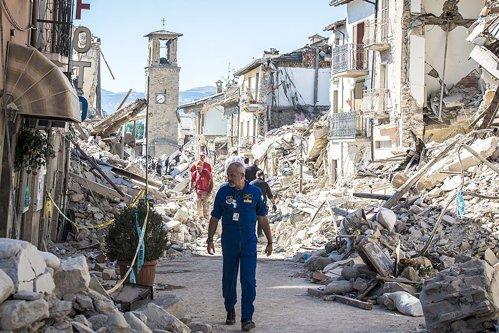 Român din Italia: ''Au rămas în urmă doar mormane de piatră şi ciment''. Bilanţul victimelor din România ar putea creşte simţitor