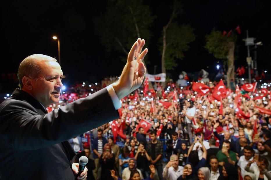 Turcia suspendă relaţiile la nivel înalt cu Olanda. Ankara interzice intrarea în ţară a ambasadorului olandez