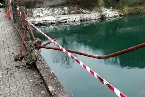 Presa italiană: Trei români au murit după ce au căzut cu maşina într-un râu, lângă Pisa