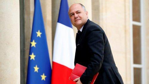 Ministrul francez de Interne a demisionat după ce s-a aflat că îşi angajase fiicele minore să lucreze pentru el