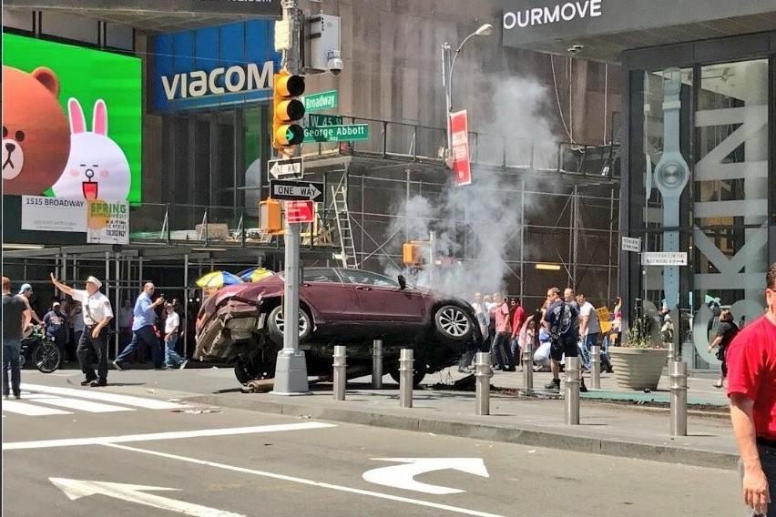 Panică în New York. Un mort şi 22 de răniţi, după ce o maşină a intrat în trecători. Şoferul, către poliţişti: