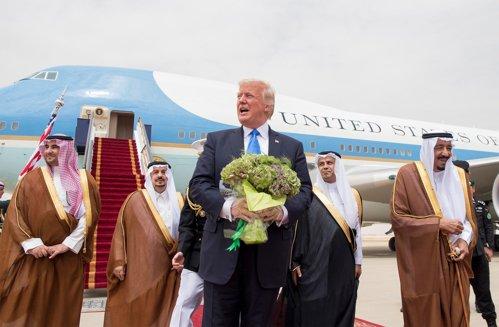 Prima ieşire în lume a preşedintelui Trump, între gafe de etichetă şi un pachet de 110 miliarde de dolari pentru saudiţi