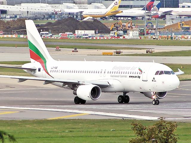 """Pasagerii unui zbor al companiei aeriene naţionale a Bulgariei, evacuaţi în urma unei """"ameninţări cu bombă"""""""