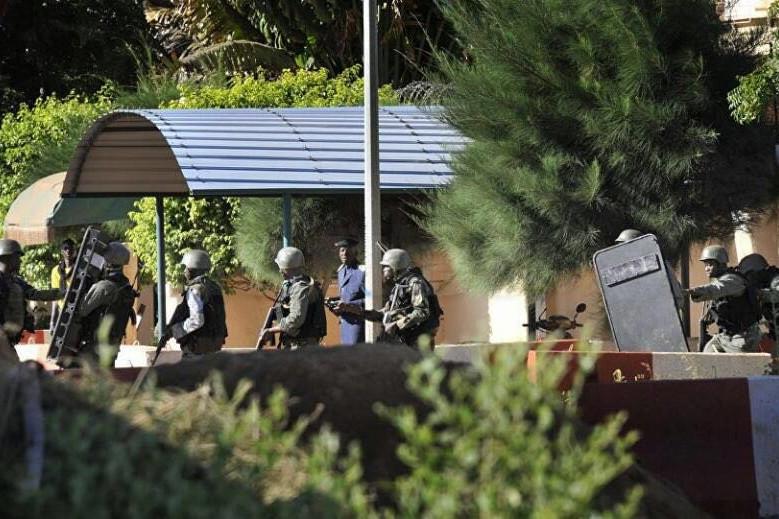 Atac terorist într-un complex turistic de lux din Mali: cel puţin doi oameni au fost ucişi, iar 20 de ostatici au fost eliberaţi. UPDATE