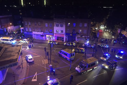 Un mort şi 8 răniţi, după ce o dubă a intrat în trecători în apropierea unei moschei din nordul Londrei. UPDATE