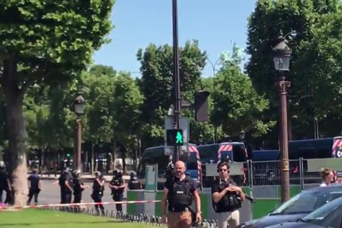 Incident pe Champs-Elysées. O maşină a intrat într-o dubă a Jandarmeriei. VIDEO cu momentul în care atacatorul este anihilat