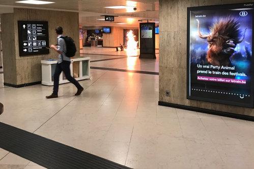 Alertă teroristă la Bruxelles: Atacator cu centură explozivă, împuşcat mortal de militari