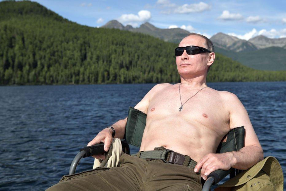 Vladimir Putin, imagini din vacanţă. Kremlinul face publice fotografii cu liderul rus pe jumătate dezbrăcat. GALERIE FOTO