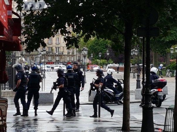 Alertă la Paris. O maşină a intrat într-un grup de militari. Procurorii au deschis o anchetă pentru terorism, un bărbat a fost arestat. UPDATE