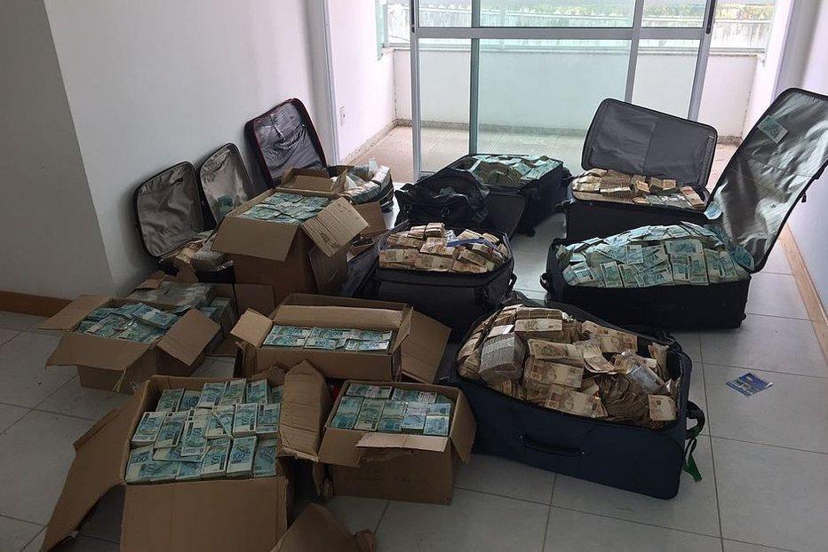 Suma uriaşă găsită de poliţie în casa unui fost ministru brazilian. Anchetatorii au avut nevoie de 14 ore să numere banii