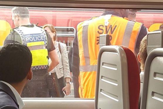 Panică în gara din Wimbledon. Pasagerii unui tren, în alertă după ce un bărbat a început să citească cu voce tare din Biblie