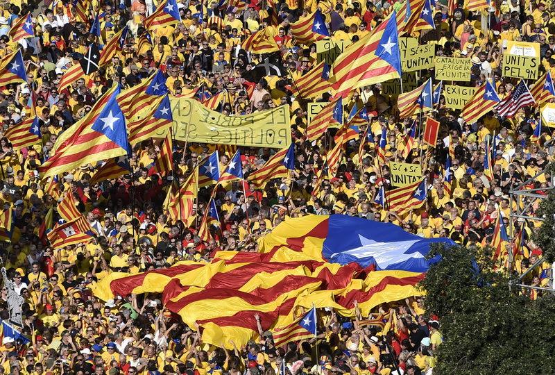 """Catalonia, pregătită să-şi declare independenţa """"în câteva zile"""". Mesajul Barcelonei pentru Guvernul de la Madrid"""