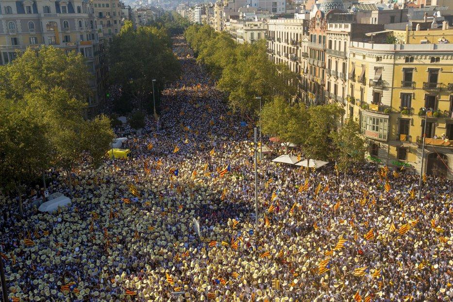Mii de manifestanţi cer rămânerea Cataloniei ca parte a Spaniei şi rezolvarea paşnică a situaţiei