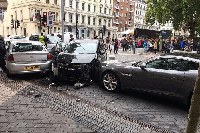 O maşină a intrat în trecători la Londra. Presa susţine că a lovit oamenii intenţionat. VIDEO cu momentul în care şoferul este arestat