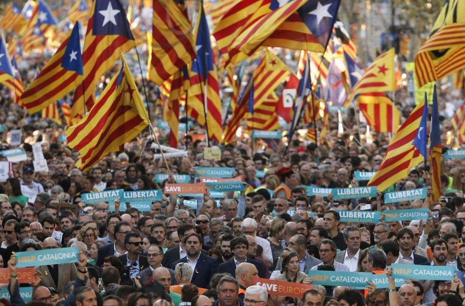 Guvernul Spaniei a suspendat AUTONOMIA Cataloniei. Demis, Puigdemont ameninţă: Nu vom accepta planul Madridului . Miting de amploare la Barcelona. LIVE