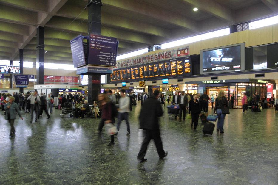 Un englez s-a urcat în tren cu o valiză cu bijuterii de peste un milion de euro, dar a rămas sărac înainte ca trenul să plece din gară