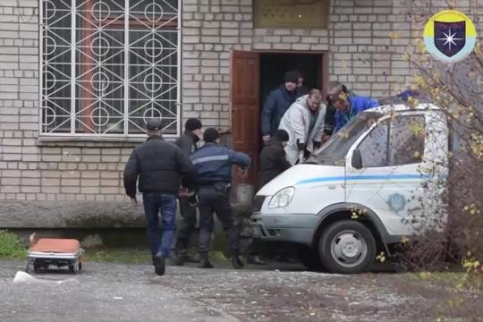 Un bărbat a aruncat în aer o sală de tribunal când a aflat că ucigaşii copilului său nu-şi primesc pedeapsa. Omul a murit după ce a detonat două grenade