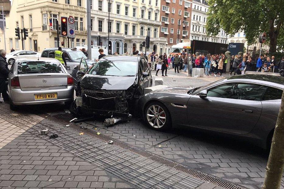 Panică la Londra. Cel puţin cinci răniţi, după ce o maşină a intrat într-un grup de pietoni