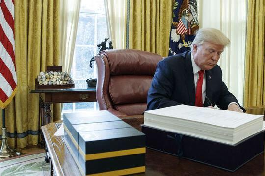 Donald Trump a promulgat Legea de reformare a sistemului fiscal, cea mai importantă realizare din mandatul lui