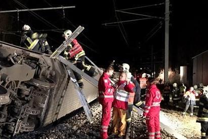 Două trenuri s-au ciocnit în apropiere de Viena. Zeci de oameni sunt răniţi. GALERIE FOTO