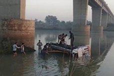 Tragedie în India. Cel puţin 33 de morţi după ce un autocar a căzut de pe un pod. VIDEO