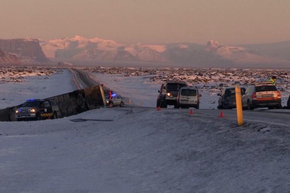 Un autocar cu turişti chinezi a lovit un autoturism în Islanda. Pasagerii maşinii nu au suferit răni grave. Un mort şi zeci de răniţi în autocar