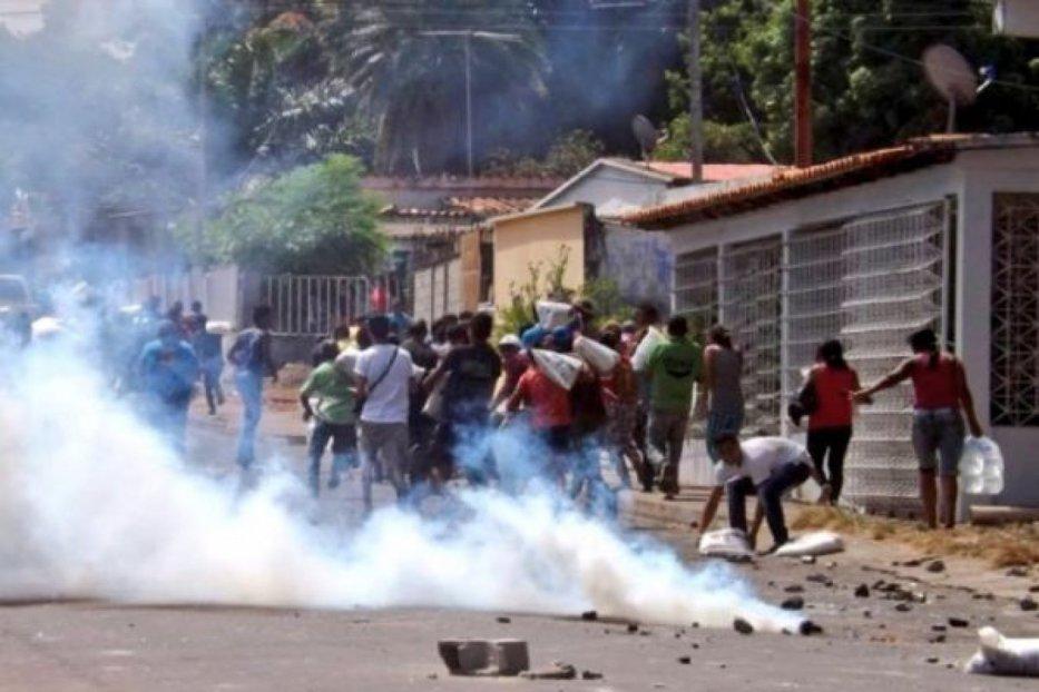 Oamenii înfometaţi atacă ferme şi magazine în Venezuela. Poliţia şi armata trag în populaţie: cel puţin patru persoane au fost ucise şi alte 16 au fost rănite