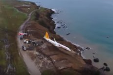 Incident grav în Turcia. Un avion de pasageri a ieşit de pe pistă şi a fost aproape să se scufunde în apele Mării Negre. FOTO şi VIDEO