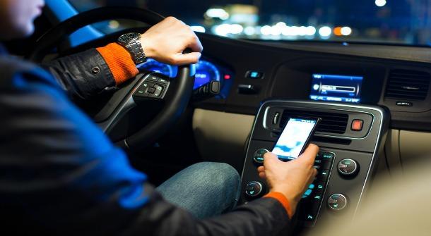 Prima ţară din UE care interzice folosirea telefonului mobil în interiorul maşinii