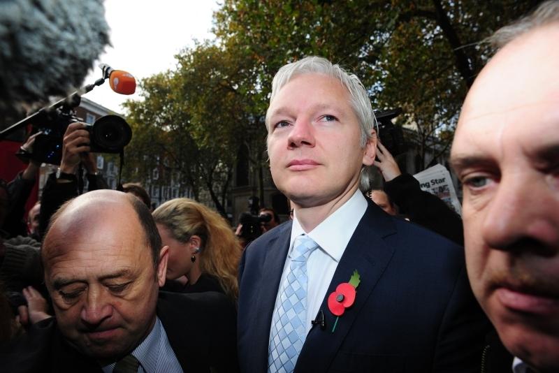 """Julian Assange rămâne """"prizonier"""" în ambasada ecuadoriană de la Londra, după ce a încercat să scape de mandatul de arestare"""